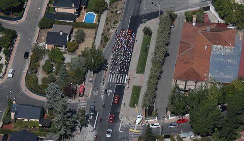Miles de personas asisten en Colmenar Viejo a la salida de la Vuelta