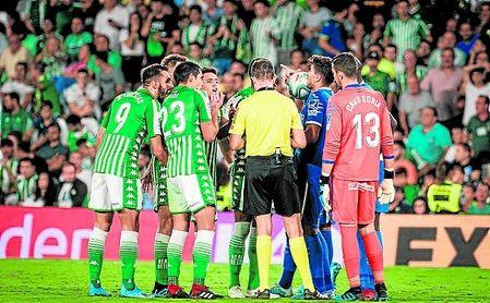 Los jugadores del Betis discuten con el colegiado la expulsión de Loren Morón.