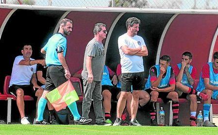 Diego Román (derecha), entrenador del Gerena, atento a la evolución de sus futbolistas.