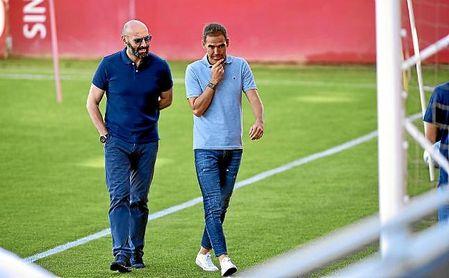Monchi y Fernando Navarro, en un entrenamiento del Sevilla.