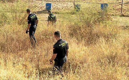 La Guardia Civil durante la búsqueda en Carmona (EFE)