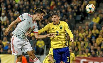 Gerard Moreno disputa un balón en el España - Suecia