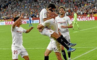 Óliver felicita a Navas y Ocampos; los tres crearon la jugada del segundo gol.