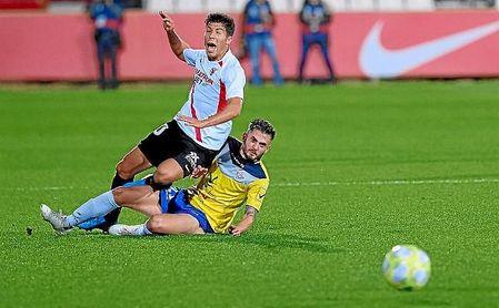 Pepe Mena, derriba por un rival en un lance del partido.
