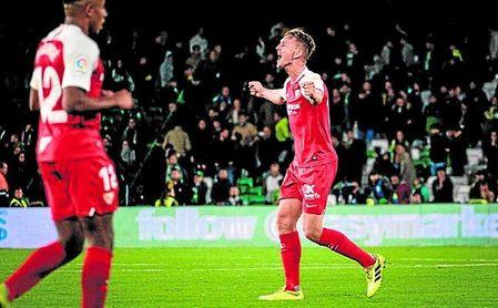 Luuk de Jong celebra su tanto conseguido ante el Betis durante el derbi en el Benito Villamarín.