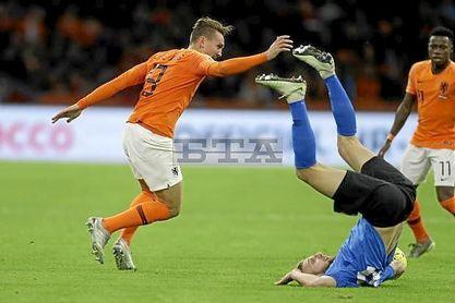 De Jong jugó como titular en el Holanda-Letonia.