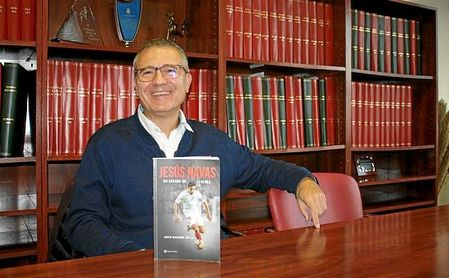Juan Manuel Ávila posa con su libro para su entrevista con ESTADIO