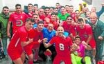 El San José celebró por lo alto su rotundo triunfo en Tomares por 0-4.