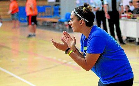 Cristina Miguel, ex jugadora de baloncesto, lidera desde el banquillo la selección masculina de la UPO.