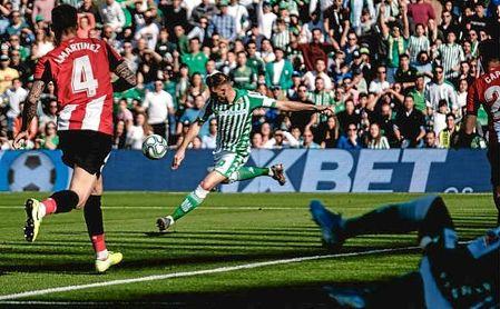 Joaquín golpea el balón para hacer el 1-0 en el minuto 2 de partido.