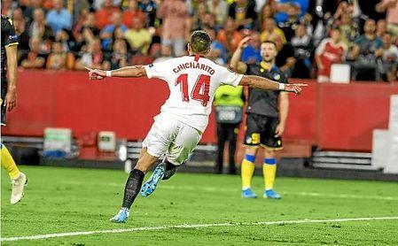 Chicharito vio portería ante el APOEL en el Pizjuán.