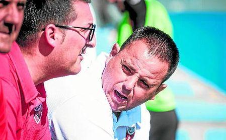 Manuel Luque, entrenador del Cabecense, dialoga con su cuerpo técnico.