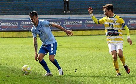 El coriano Juanito presiona la salida de balón del Xerez Deportivo en un momento del partido.