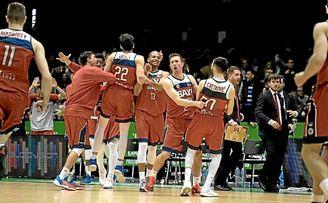 Los jugadores del Baxi Manresa celebran el triunfo ante el Betis.