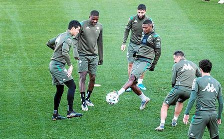 William Carvalho, con sus compañeros en el entrenamiento de hoy.