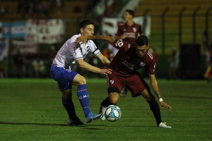 Nacional y River Plate regalan buen fútbol en una noche de verano
