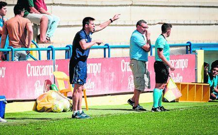 Cachola da instrucciones en la banda del Estadio Guadalquivir en el Coria-Rota de la primera vuelta.