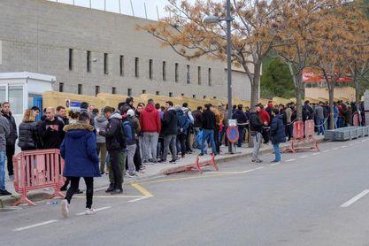 Los aficionados pernoctan frente a las taquillas para conseguir entradas para el Ibiza-Barça