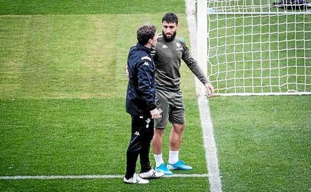 Rubi conversa con Fekir durante un entrenamiento bético.