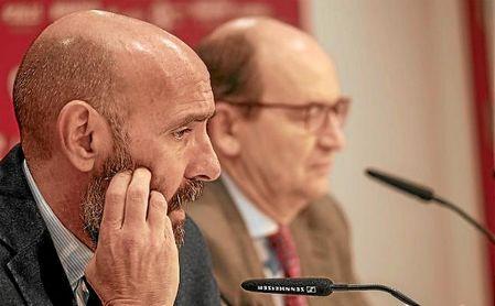 Monchi, en la sala de prensa junto al presidente José Castro.