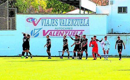 El Antoniano festeja el gol de Alberto 'in extremis' materializado en el Antonio Barbadillo de Arcos.