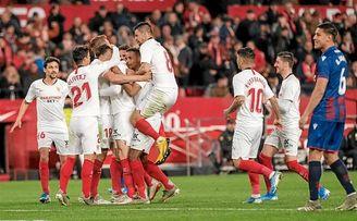 Los jugadores del Sevilla celebran el gol de Ocampos ante el Levante.