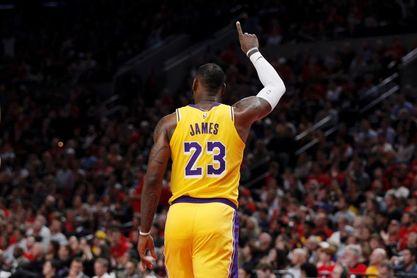 113-128. James, triple-doble, marca de equipo, triunfo y más cerca de Kobe