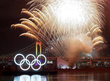 Encienden unos enormes aros olímpicos seis meses antes de que empiecen los JJOO