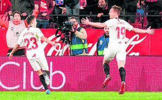 El sevillista De Jong celebra su gol ante el Granada.
