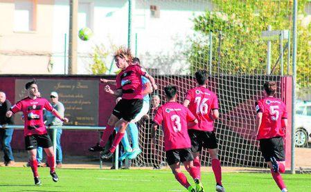 Checa, del Gerena, pelea un balón aéreo con un futbolista del Ciudad de Lucena.