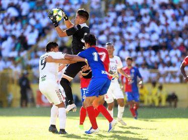 """Equipos tradicionales del fútbol en El Salvador siguen sin dar alcance a los """"benjamines"""""""