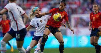 Jenni Hermoso protege el balón ante la presencia de Julie Ertz.