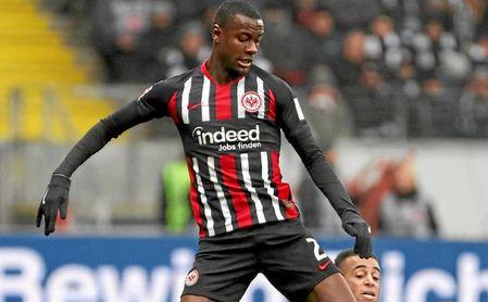 N'Dicka en un partido con el Eintracht.