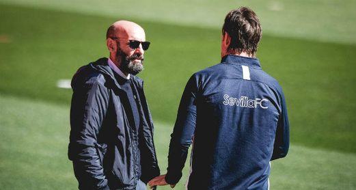 Monchi conversa junto a Julen Lopetegui en una sesión de entrenamiento.