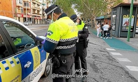 Policías locales de Sevilla durante el estado de alarma por el coronavirus.
