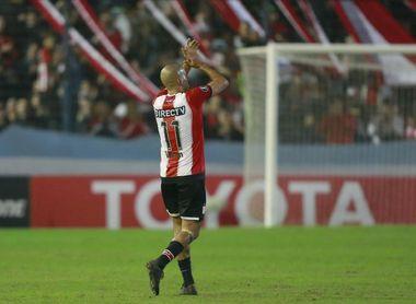 Estudiantes de La Plata analiza reducir el salario de los jugadores
