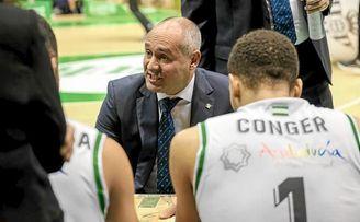 Curro Segura, técnico del Betis, da una charla a sus jugadores en un tiempo muerto.