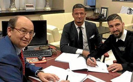 Malenovic, junto a José Castro y Munas Dabbur, el día que el israelí firmó con el Sevilla FC.