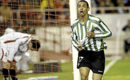 """Ricardo Oliveira celebra un gol con el Betis, el equipo """"más importante"""" en su carrera."""