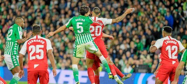 Las parejas de centrales de Betis y Sevilla están entre las más verticales.