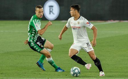 Óliver Torres, con Canales, en un lance del partido.