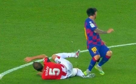 La acción del pisotón de Messi sobre Yeray es escalofriante.