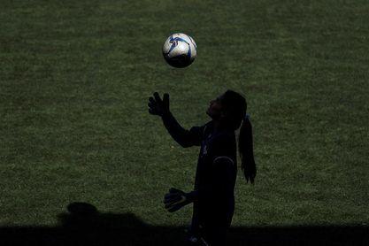 La liga femenina comienza, sin público, con reivindicación social y poco fútbol