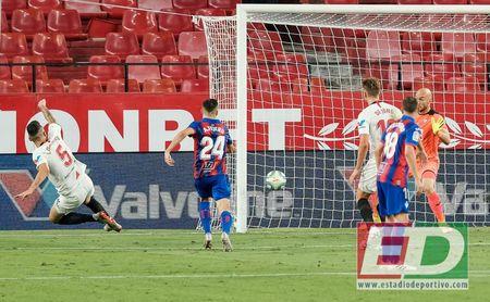 Ocampos, en el momento justo de lanzarse para cazar el servicio de Navas y marcar el gol del triunfo en el Sevilla-Eibar.