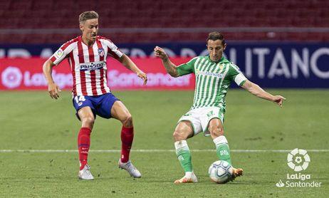 Guardado, en la imagen con Marcos Llorente en el partido ante el Atlético de Madrid.