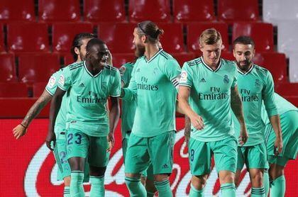 Mendy y Benzema permiten al Real Madrid ganar 0-2 al descanso en Granada
