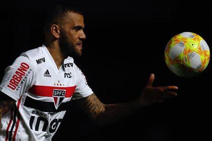 El lateral Dani Alves pasará por el quirófano por una fractura del brazo derecho
