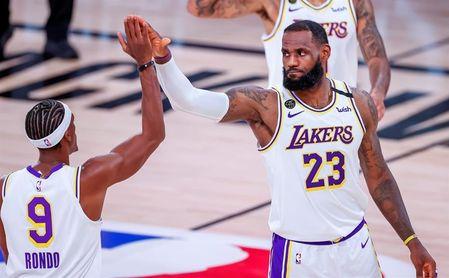 112-102. James, con marca, y Rondo ponen a los Lakers con ventaja ante los Rockets