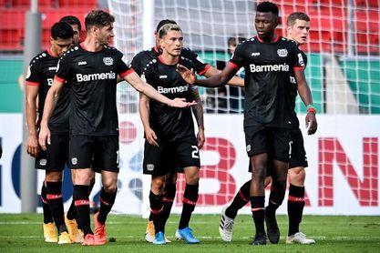 Lucas Alario y Carlos Aránguiz guían al Leverkusen a la goleada