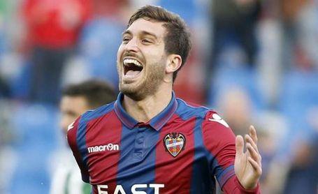 El Levante duda: vender a Campaña -con el Sevilla atento- o no fichar